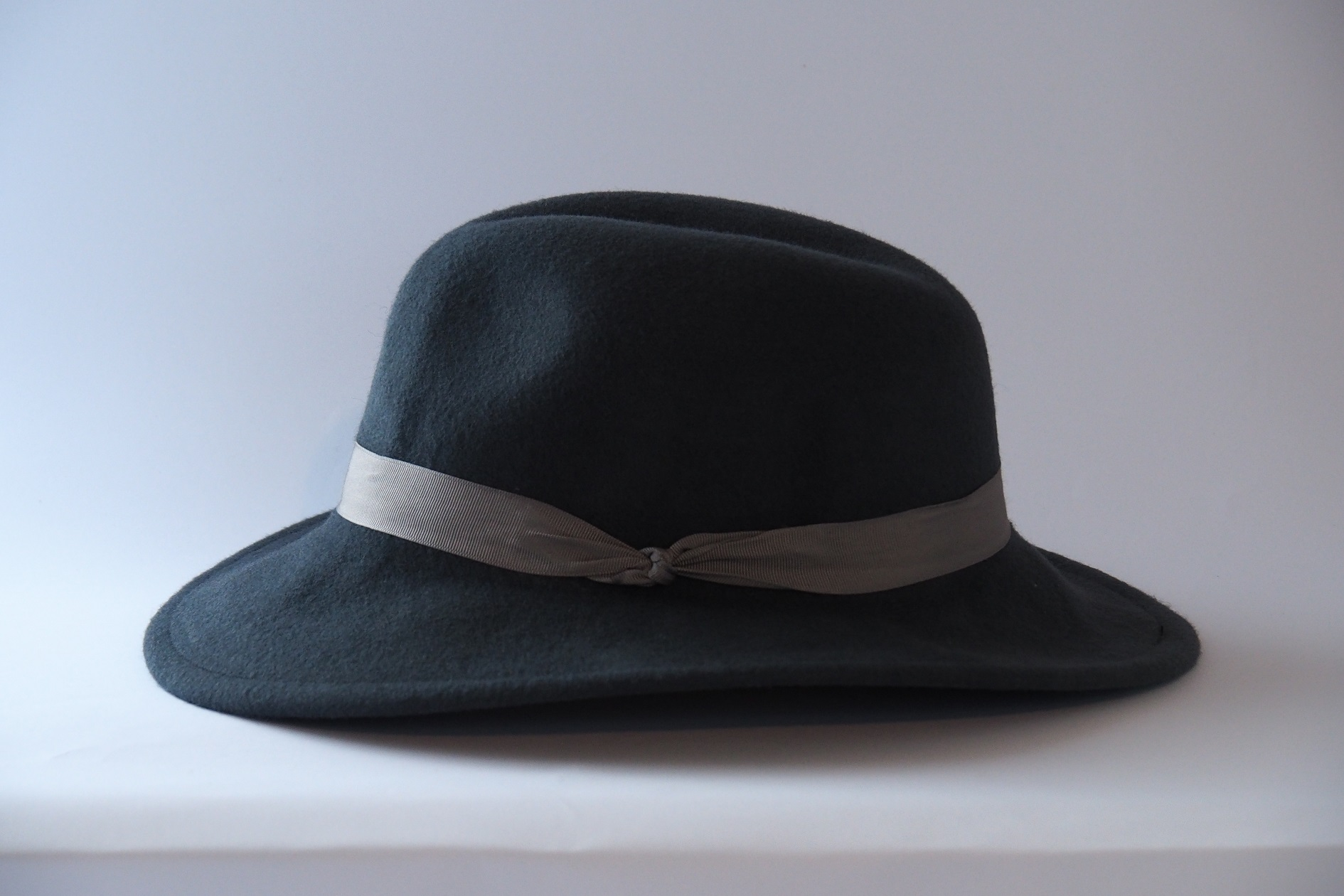 Dark grey hat with light grey ribbon